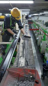 vệ sinh đường chạy cẩu trục 1 169x300 - Vệ sinh đường chạy cẩu trục